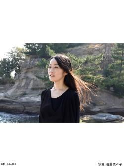 書家 木下真理子 ポートレイト 淡路島「絵島」写真:佐藤奈々子さん